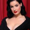 Dita Von Teese presenta la sua nuova collezione di lingerie