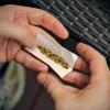 Fumava otto canne di marijuana al giorno per seguire una dieta su internet