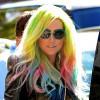 Ke$ha compare in pubblico con i capelli arcobaleno