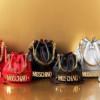 Moschino compie 30 anni: ecco la collezione iconica