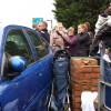 Auto schiaccia contro un muro passeggino, il bambino salvo per miracolo [FOTO]