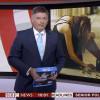 Giornalista presenta TG con una risma di fogli A4 in mano al posto dell'iPad (VIDEO)