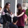 Incredibile ad Hong Kong: fidanzata gelosa fa inginocchiare il fidanzato per strada e lo picchia!!! [VIDEO]