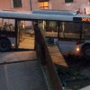 Autobus perde il controllo e finisce dentro una palazzina [FOTO]