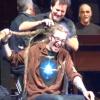 Perde una sfida con i Pearl Jam e si fa tagliare i lunghissimi dread sul palco (VIDEO)