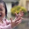 Il bellissimo video di Kayden la bambina di 15 mesi che scopre la pioggia