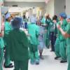 Infermieri accompagnano donna in sala operatoria con balli e sorrisi [VIDEO]