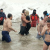 Lady Gaga si tuffa in acque gelide per beneficenza [VIDEO]