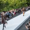 La sfilata Louis Vuitton Resort 2018 porta in passerella tutto il fascino dell'Oriente abbattendo la tradizione
