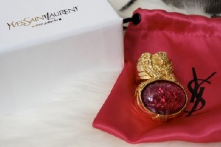 Yves Saint Laurent celebra l'amore con l'Iconic Arty Ring