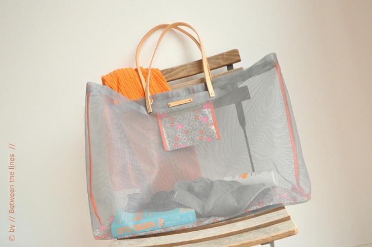 Una borsa per il mare creata con una zanzariera