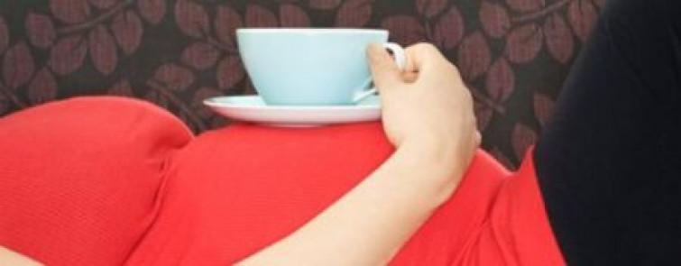 Bere troppo caffè riduce la fertilità della donna