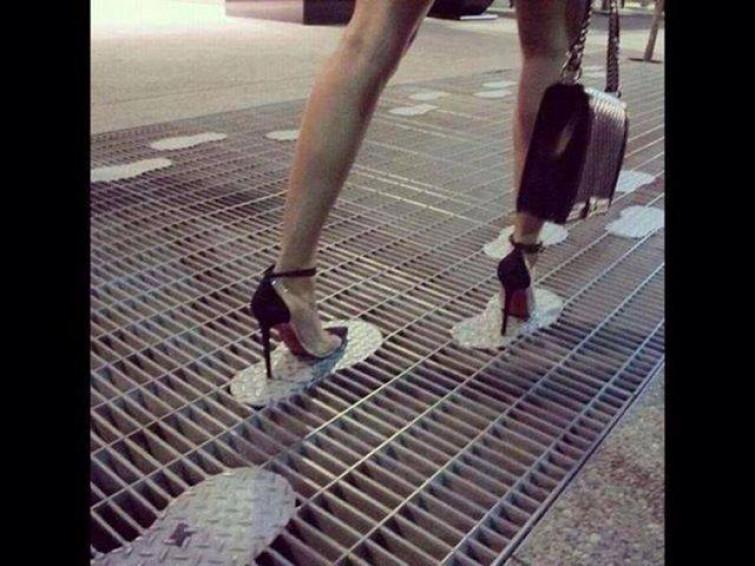 Ecco come camminare con i tacchi anche sui tombini