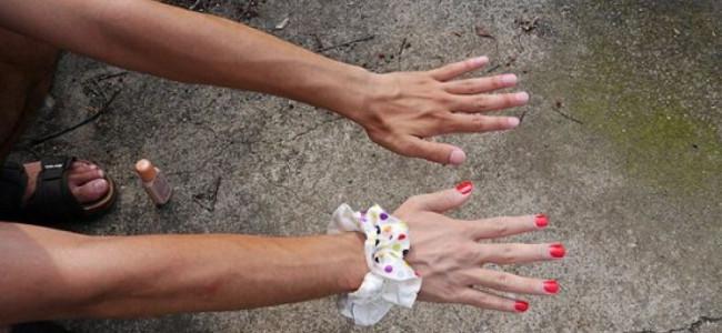 L'arte di un giovane fotografo giapponese: riesce a fingersi in coppia, la fidanzata è solo una mano!