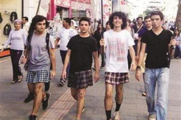 Turchia, vietata la gonna a scuola, alunni maschi la indossano per protesta