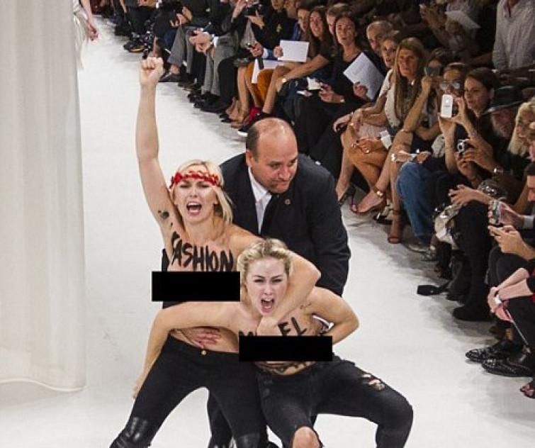 Blitz delle Femen sulla passerella di Nina Ricci alla Paris Fashion Week (VIDEO)