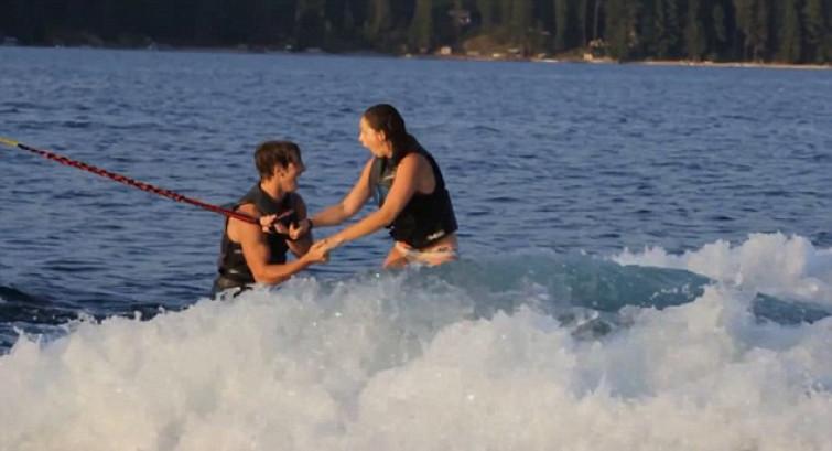 Lui le propone di sposarlo a 40 km/h facendo WAKEBOARD!! (VIDEO)