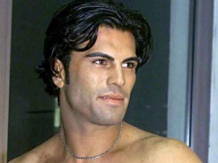 Karim Capuano come Tyson, morde un orecchio al vicino di casa e finisce in carcere