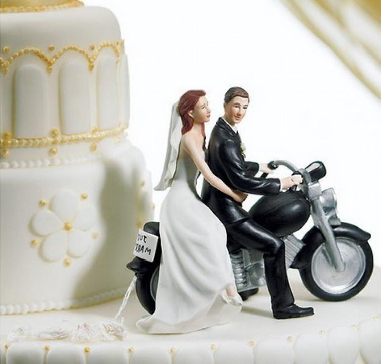 All'asta gli sposini della torta nuziale di Belen e Stefano