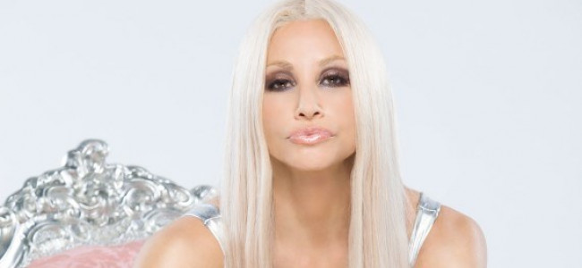 "Gina Gershon trasformata in Donatella Versace per ""House of Versace"""