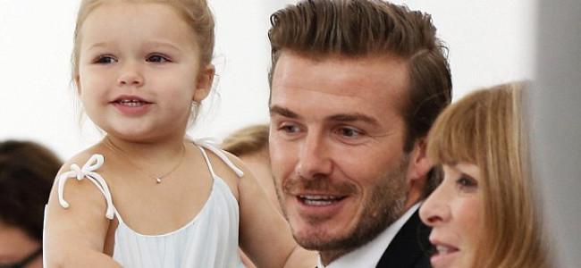 Harper Beckham ruba la scena alla sfilata della madre Victoria (FOTO e VIDEO)