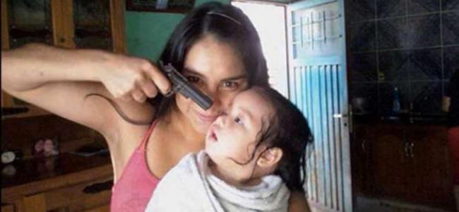 Shock: Madre punta una pistola sul figlio neonato, si fotografa e posta la foto su Facebook