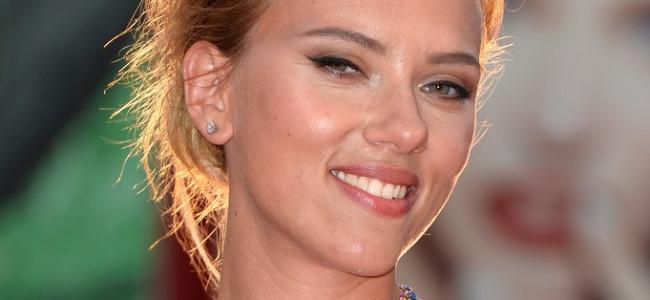 Scarlett Johansson sceglie Versace per la Mostra del Cinema di Venezia (FOTO)