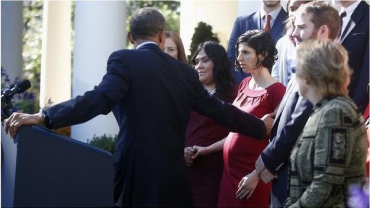 Incinta, sta per svenire, presa al volo dal Presidente Obama [VIDEO]