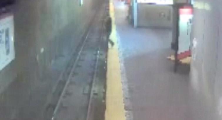 Sonnambula si addormenta su una panchina della stazione, cammina e cade sulle rotaie [VIDEO]