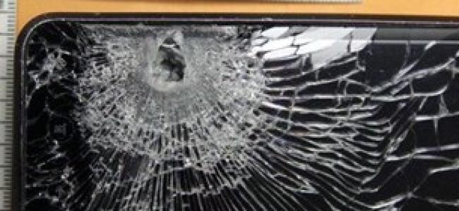 Gli sparano al cuore, lo smartphone devia il proiettile e gli salva la vita