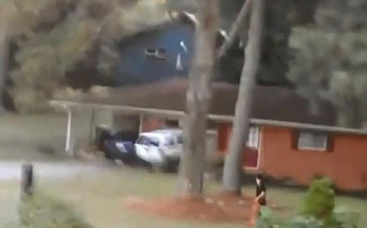 Scopre il tradimento della moglie e distrugge la casa col SUV [VIDEO]
