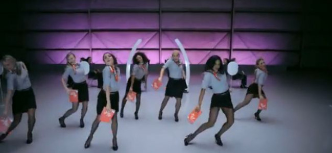 Le regole di sicurezza aerea cantate e ballate dalle hostess [VIDEO]