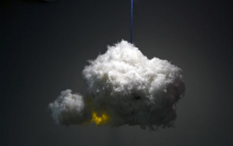 Cloud Lamp, il lampadario-nuvola che emette tuoni e lampi [FOTO]
