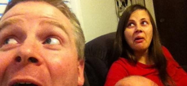 """""""Tale padre tale figlio"""": le simpatiche foto di padre e figlia neonata che fanno le stesse smorfie"""