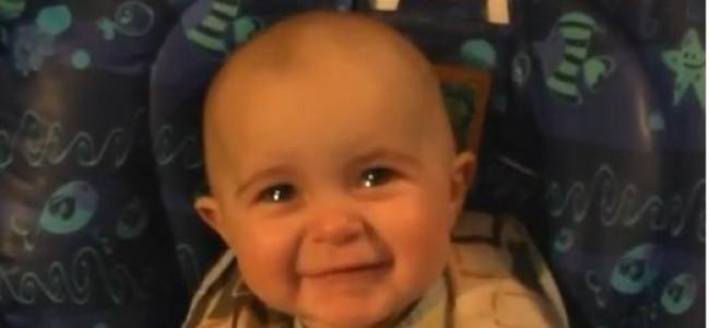 Il bambino che si commuove ascoltando il canto della madre (VIDEO)