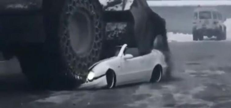 Il capo lo maltratta, lui gli distrugge la Mercedes con una ruspa [VIDEO]