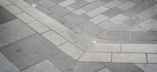 Il marciapiede crea un'illusione ottica, e i passanti ci cascano