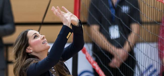 Kate Middleton in forma smagliante si cimenta con la pallavolo [FOTO]