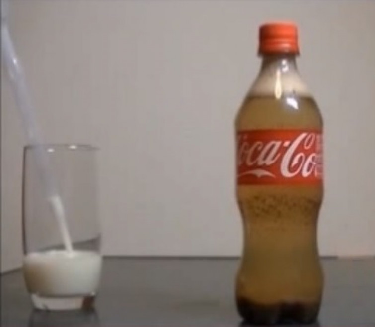 Ecco cosa succede mescolando latte e coca cola (VIDEO)