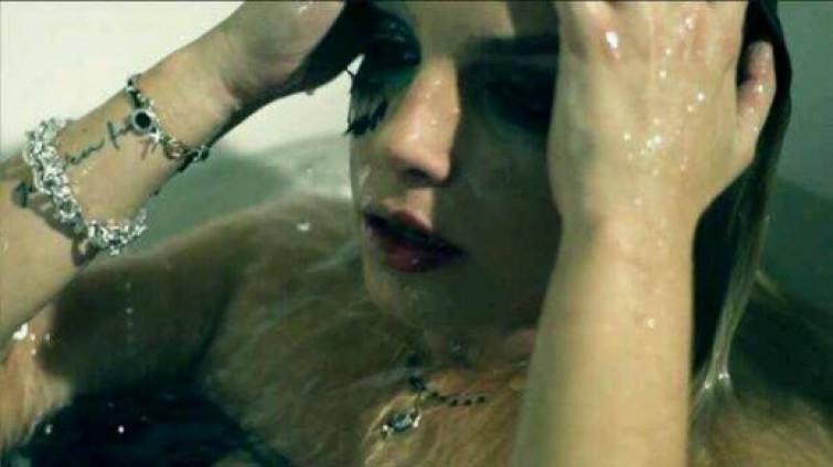 """Trucco sfavillante per Emma nel suo nuovo video """"L'amore non mi basta"""""""
