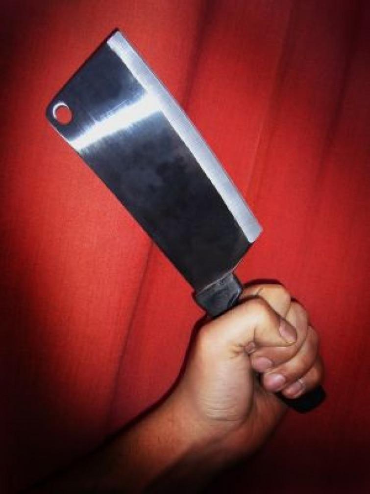 Tenta rapina con coltello, macellaio lo insegue con la mannaia