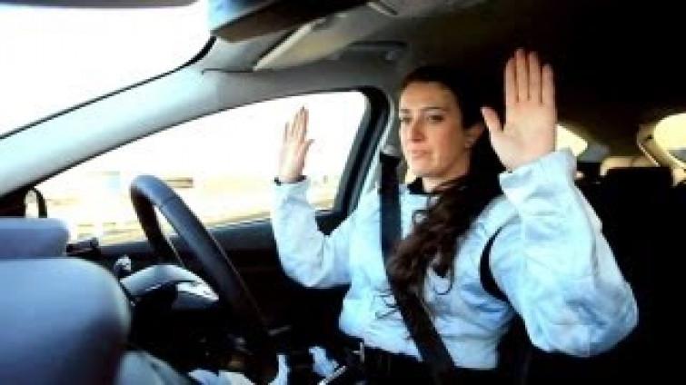 Parcheggio in retromarcia: le donne sono così brave da farlo senza mani (VIDEO)