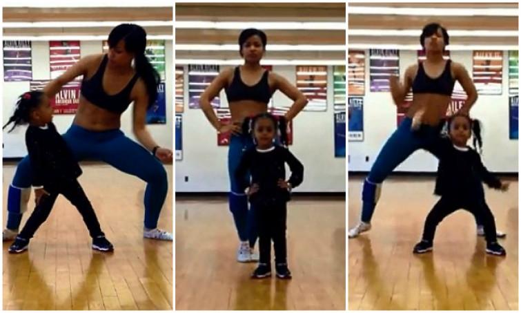 Bimba di due anni balla coreografia con la mamma