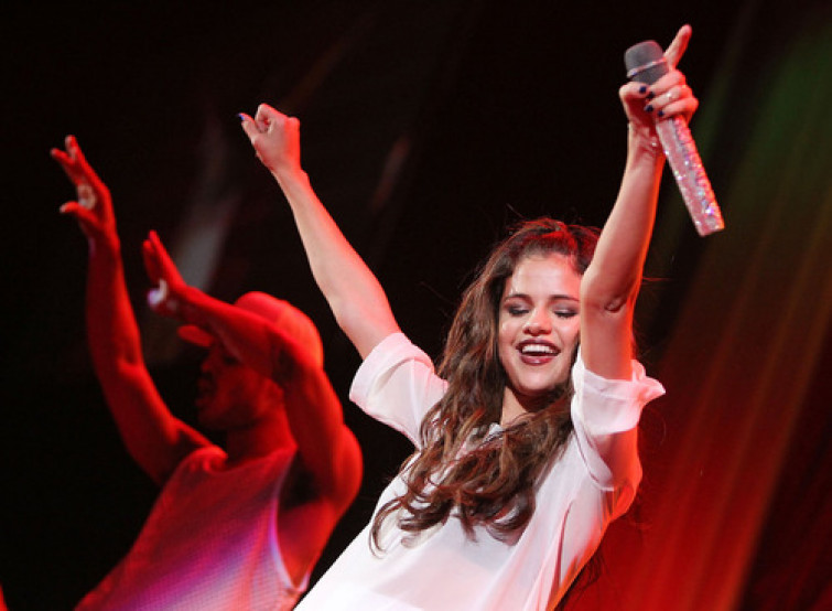 Selena Gomez cade durante un concerto in Virginia (VIDEO)