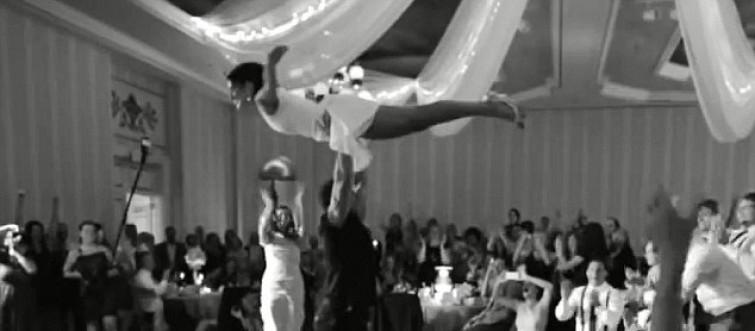 Sposini riproducono finale di Dirty Dancing al loro matrimonio [VIDEO]