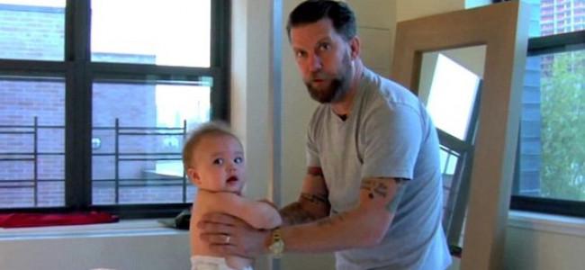 """""""Come picchiare il proprio bambino"""", padre posta video in cui fa wrestling col proprio bebè [VIDEO]"""