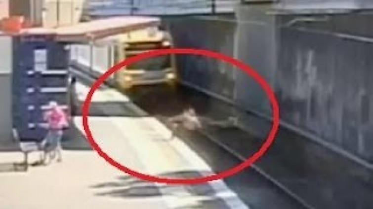 Anziano ha un malore e cade sulle rotaie, treno si ferma a pochi cm dalla sua testa [VIDEO]