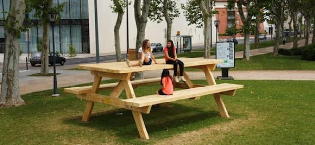 Il tavolo che con un'illusione ottica fa diventare le persone minuscole [FOTO]
