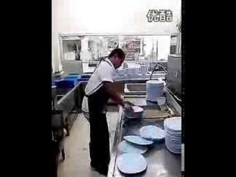 Lava 50 piatti in 10 secondi (VIDEO)