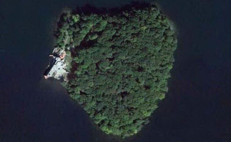 Angelina Jolie regala un'isola a forma di cuore per i 50 anni del suo Brad